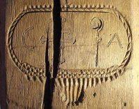 Die Initialen für 'Georgius Abbas' und die Kreuzlinger Insignien Kreuz und Krummstab an einem Eichenständer in der Kornschütte