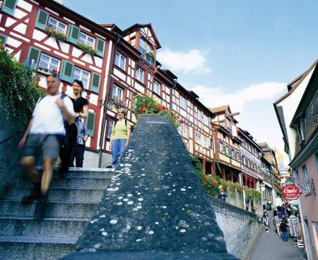 Vom Hafen aus führen 176 Stufen in die Oberstadt (© Meersburg Tourismus)